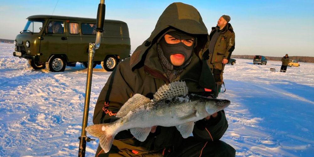 Фото с судаком на льду обского моря