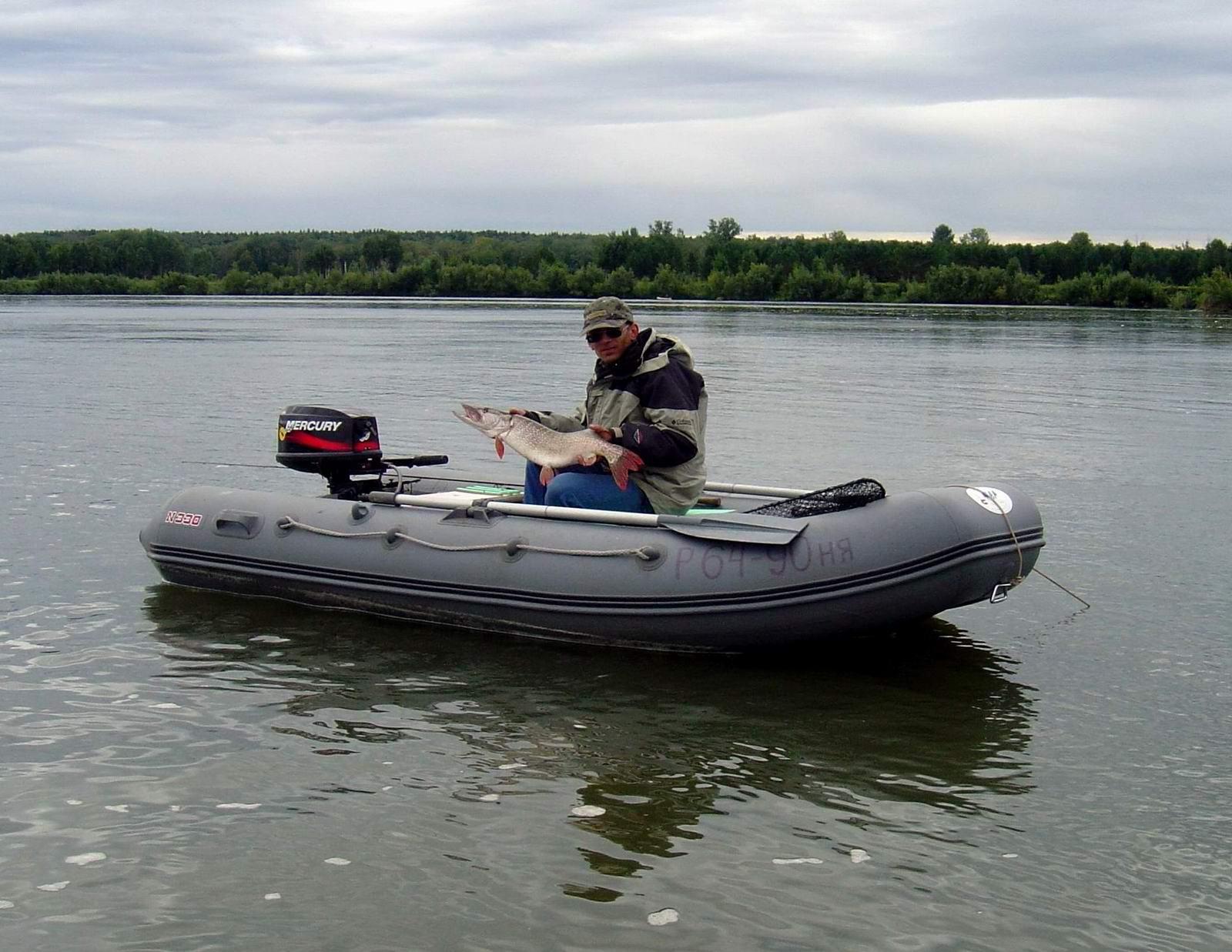 Река Обь. Лодка Кайман-330. Хазар (Тимофей) с трофейной щукой. Автор P.Ch (Петр).
